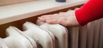 De regeling van verwarmingsketel, thermostaat en radiatoren