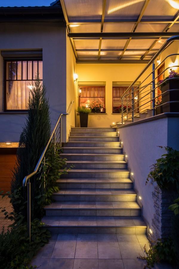 comment bien choisir un clairage ext rieur energuide. Black Bedroom Furniture Sets. Home Design Ideas