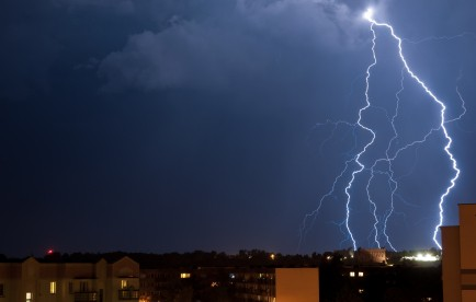 Are can there be lightning without clouds